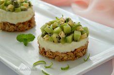 La finta cheesecake di ricotta e kiwi è un dessert monoporzione molto raffinato, ideale per concludere una cena importante...