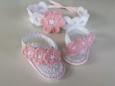 This cute set consists of Baby FlipFlops and the matching headband, which you can simply crochet on your own. Compared to the price of a single pattern, you can save more than 15% if you buy the set. My E-book includes a step-by-step guide with a lot of p