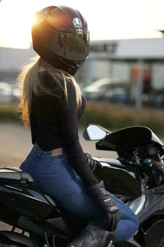 Girl Riding Motorcycle, Womens Motorcycle Helmets, Motorbike Girl, Motorcycle Outfit, Biker Chick, Biker Girl, Girl Motorcyclist, Motorbikes Women, Biker Photoshoot