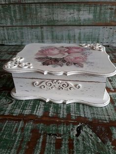 Cajas Shabby Chic, Shabby Chic Boxes, Shabby Chic Crafts, Decoupage Vintage, Decoupage Box, Decopage, Costume Jewelry Crafts, Painted Wooden Boxes, Box Roses