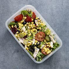 Salat med majs, oliven og kylling