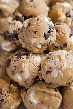 These gooey s'mores chocolate chip cookies are perfect for summer! Pinterest: /annahpyra/