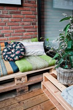 Pallet lounge bed  Also something to think about for back b'room  Why does my family not see the potential of the pallet?