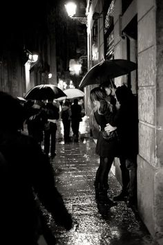 Romance in the rain.what is not to love - street portraiture, romance, rain.lovely without being too soppy. Arte Black, Kissing In The Rain, Couple Kissing, Jolie Photo, All You Need Is Love, Rainy Days, Rainy Night, Night Rain, Black And White Photography
