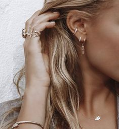 Ear piercing: You should know these trends and risks! - Ear piercing: You should know these trends and risks! Trends, prices, care, risks & jewelry: Everything you need to know about ear piercing is available from us: Piercings Helix, Piercing Snug, Orbital Piercing, Cute Ear Piercings, Celebrity Ear Piercings, Ear Piercing Care, Upper Lip Piercing, Crystal Earrings, Statement Earrings