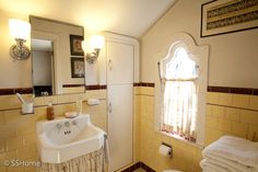 Spanish Style Home Deco Retro Bathrooms, Bungalow Interiors, Bathroom Style, Bathroom Redesign, Bathroom Interior Design, Vintage Bathrooms, Bathroom Styling, Yellow Bathrooms, Yellow Bathroom Tiles