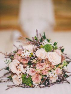 """Tra i must have per le vostre nozze il 2015 lancia il bouquet """"monofiore"""", a borsetta e da polso. Graziose novità per dare un tocco unico al vostro giorno più bello!"""