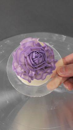 Buttercream Cake Decorating, Cake Decorating Designs, Buttercream Flower Cake, Cake Decorating Videos, Cake Icing, Cake Decorating Techniques, Cake Designs, Cake Decorating Roses, Cookie Decorating