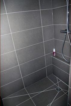 Idée du petit rebord pour poser le gel douche: Bathroom Tile Designs, Bathroom Layout, Modern Bathroom Design, Bathroom Interior Design, Small Bathroom, Bathroom Tile Installation, House Ceiling Design, Shower Cabin, Bathroom Plans