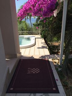 Fußmatte mit Wappen vor dem Pool.