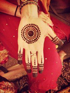 Circle Mehndi Designs, Henna Designs For Kids, Round Mehndi Design, Palm Mehndi Design, Henna Tattoo Designs Simple, Back Hand Mehndi Designs, Mehndi Designs Book, Mehndi Designs For Beginners, Unique Mehndi Designs