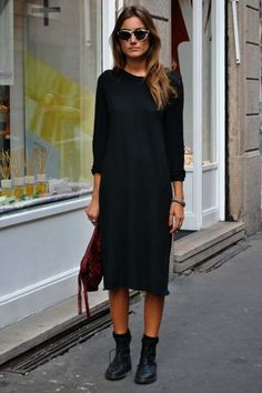 Loving the simple style of this long black dress paired with boots. - Total Street Style Looks And Fashion Outfit Ideas Street Style Chic, Looks Street Style, Looks Style, Looks Cool, Simple Street Style, Look Fashion, Daily Fashion, Street Fashion, Autumn Fashion