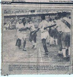 Escena de un partido entre Universitario de Deportes y deportivo municipal del año 1960. Los jugadores cremas son Luis Cruzado, Joe Calderón y Jacinto Villalba en esta foto con el número 11 en su dorsal...