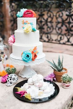 Dia de los muertos wedding cake | Dana Fernandez Photography | see more on: http://burnettsboards.com/2014/10/dia-de-los-muertos-wedding-inspiration-shoot/