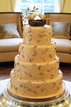 Love the incorporation of leaves for this love bird cake
