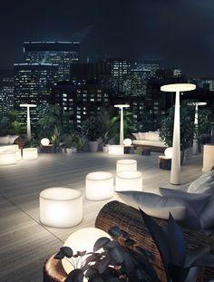 Equilibre ECO F33 de Prandina. Lámpara de pie exterior IP55 con estructura y pantalla de polietileno blanco. Base de metal barnizado. Diseño de Luc Ramael.