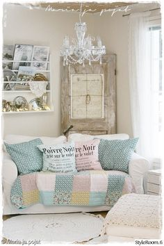olohuone,rahi,koristetyynyt,seinähylly,viltti