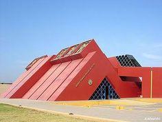 museo de Tumbas Reales de Sipán, un interesante museo arqueológico y de historia natural ubicado al norte de Perú. la idea de construir este museo provino de el hallazgo de la tumba de el señor Sipán, gobernante de la cultura Mochina en Perú.