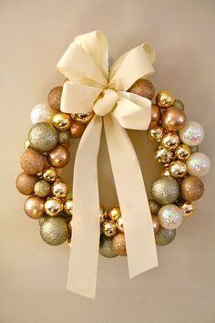 Guirlanda de natal com bolas douradas e laço de fita é lindo e criativo.