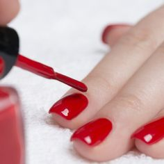 Manicure Beautiful manicured womans nails with red nail polish on soft white towel. Homemade Nail Polish Remover, Nail Polish Stain, Chipped Nail Polish, Natural Nail Polish, Red Nail Polish, Natural Nails, Mood Polish, Manicure Diy, No Chip Manicure
