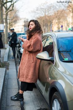 Womenswear Street Style by Ángel Robles. Fashion Photography from Paris Fashion Week. Woman wearing an oversized cocoon coat, on the street, Paris.