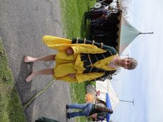 Medieval Irish clothing with saffron-dyed leine and green ionar.
