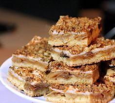 Opäť jeden jablkový koláč, so snehom a orieškami. Vynikajúci šťavnatý jablkový koláč s vôňou opečených orechov. Rozpis je na klasický väčší plech 32 x 40 cm.