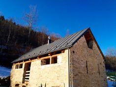 Incontro tra tradizione e design ...  Pietra e copertura in alluminio Prefalz antracite @prefaeurope  #vallestronaenergyhouse