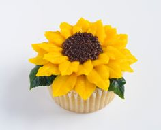 If you would like to learn how to make buttercream flowers like this stunning sunflower, read on. Cupcakes Flores, Fun Cupcakes, Wedding Cupcakes, Cupcake Cakes, Icing Flowers, Fondant Flowers, Sugar Flowers, Buttercream Flowers Tutorial, Sunflower Cupcakes