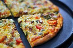 Eu ameeeei essa massa de pizza!!! Finalmente achei uma receita de massa de pizza para chamar de minha! Super fácil de fazer gente e fica muito leve!!! Em sites americanos eles não adicionam sal, ap… I Love Food, Good Food, Yummy Food, Solo Pizza, Quiches, Pizza Facil, Healthy Cooking, Cooking Recipes, Vegetarian Recipes