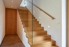 Treppen aus Holz sind einfach schöner, sanfter und ökologischer. Ob allein oder in Partnerschaft mit Stahl, Glas oder anderen Materialien, Holz ist ein faszinierender Baustoff und schenkt Behaglichkeit.