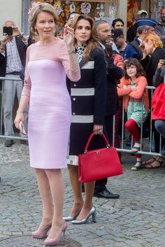 Pin for Later: Wenn es um Handtaschen geht haben alle Royals den gleichen Geschmack Königin Rania von Jordanien Mit ihrer Tasche von Louis Vuitton bei einem Staatsbesuch in Belgien.