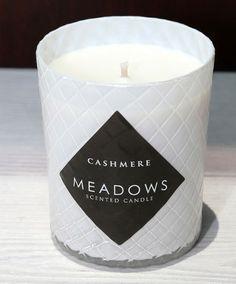Mimosa - Meadows vonná svíčka - Cashmere. Zahalte se do měkkého kašmírového plédu a vychutnejte si dokonalou kombinaci teplé skořice a muškátového oříšku s jemným akcentem černého bezu, jež vám otevře dveře do tajemného orientu.