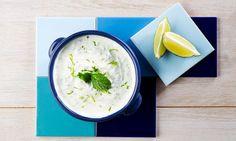 Este molho de iogurte (também chamado de tsatsiky), serve-se como entrada ou como acompanhamento de carnes grelhadas. Saiba como preparar molho de iogurte.