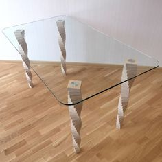 Письменный, обеденный стол. 1400х800х760 мм Ножки — березовая фанера. Столешница — закаленное стекло. Ножки покрыты водным лаком. Любые цвета и размеры.