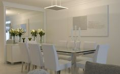 sala de jantar: destaque para o imenso espelho... decoração branca