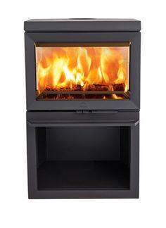 Jøtul F 520 har bred glassflate, med glass på tre sider gjør at flammene kan nytes fra flere vinkler. Glassene har coating som gjør at de holder seg rene. Den smarte konstruksjonen av luftventilen gjør ovnen svært brukervennlig. De hvitemaljerte brennplatene gir et lyst og luftig innsyn til brennkammeret, også når ovnen ikke er i bruk. I ovnens sokkel er det praktisk plass for lagring av vedkubber. Secret Boards, Glass Coating, Wood Storage, Showroom, Kitchen Appliances, Wood Oven, Bonfires, Fireplace Heater, Diy Kitchen Appliances