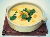 Recette Soupe aux amandes, Faire fondre le beurre à feu doux dans une casserole à fond épais.Ajoutez les oignons et l\'ail, en remuantpour les enrober de beurre. Couvrez la casserole et laissez cuire 15 à 20 min à