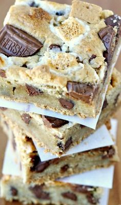 S'mores Bars Recipe ~ thick, chewy and delicious… and taste like s'mores and a chocolate chip cookie combined!S'mores Bars Recipe ~ thick, chewy and delicious… and taste like s'mores and a chocolate chip cookie combined! Oreo Dessert, Dessert Bars, Dessert Chocolate, Chocolate Cake Bars Recipe, Hershey Chocolate Bar, Dessert Food, Yummy Treats, Sweet Treats, Yummy Food