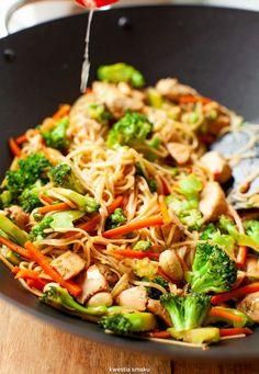 Makaron stir-fry z kurczakiem, brokułami i marchewką - Essen - Patisserie Salad Recipes, Diet Recipes, Cooking Recipes, Healthy Recipes, Best Cookbooks, Salty Foods, Wonderful Recipe, Stir Fry, I Foods
