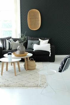 deco nordique avec tapis beige et canapé gris mur noir et lustre en rotin