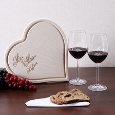 Nach dem schönsten Tag im Leben eines Paares folgen nun viele gemeinsame Abende, die man genießen sollte. Perfekt dazu eignet sich das Geschenkset, es besteht aus zwei Weingläsern der Marke Leonardo und einem Holzbrettchen in Herzform.