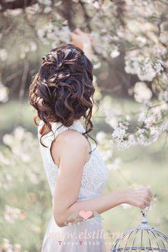 свадебные прически - пучок, выложенный крупными локонами фото