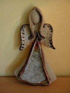 Andělinka na pověšení Šamotová hlína zdobená tavným sklem, výška cca 22 cm.
