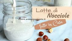 La ricetta del latte di nocciole fatto in casa è semplice! Questa bevanda vegetale è ricca di calcio, si può fare con nocciole tostate o crude, aromatizzare