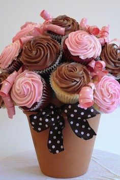 I would change the color of the cupcakes and ribbons according to the holiday! 7 cupcakes, a terra cotta pot, half of a styroball, toothpicks and ribbon. Yummy Treats, Delicious Desserts, Sweet Treats, Dessert Healthy, Cake Pops, Cupcakes Bonitos, Decoration Patisserie, Little Presents, Macaron