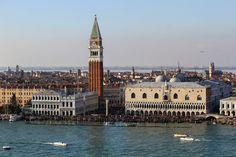 San Giorgio Maggiore é a ilha mais acessível a partir de Veneza. Basta apanhar um pequeno vaporeto numa viagem de cerca de 10 minutos. Uma vez aí, não há muito a fazer. San Giorgio Maggiore não tem grandes atractivos, nem sequer muito espaço para percorrer, tem, no entanto, aquela que é provavelmente a melhor vista …