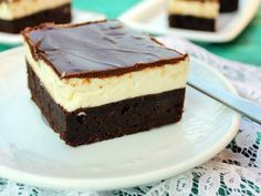 Intense brownie topped with a thick mascarpone cream layer and minty chocolate glaze Sweets Recipes, Cake Recipes, Cooking Recipes, Brownies, Romanian Desserts, Brownie Toppings, Chocolate Glaze, Pretty Cakes, Cooking Time