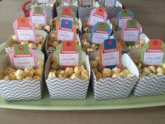 """Bakjes popcorn met """"traktatieklets"""" kaartjes via gezinnig.nl voor een traktatie zonder stress :)"""