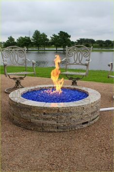 These fire pit ideas and designs will transform your backyard. Check out this list propane fire pit, gas fire pit, fire pit table and lowes fire pit of ways to update your outdoor fire pit ! Find 30 inspiring diy fire pit design ideas in this article. Backyard Garden Design, Backyard Projects, Rustic Backyard, Backyard Seating, Modern Backyard, Garden Landscaping, Outdoor Fire, Outdoor Living, Fire Pit Ring